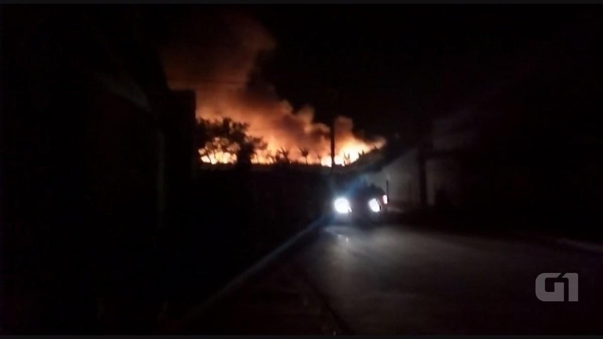 Incêndio atinge usina de reciclagem no Parque Peron, em Hortolândia