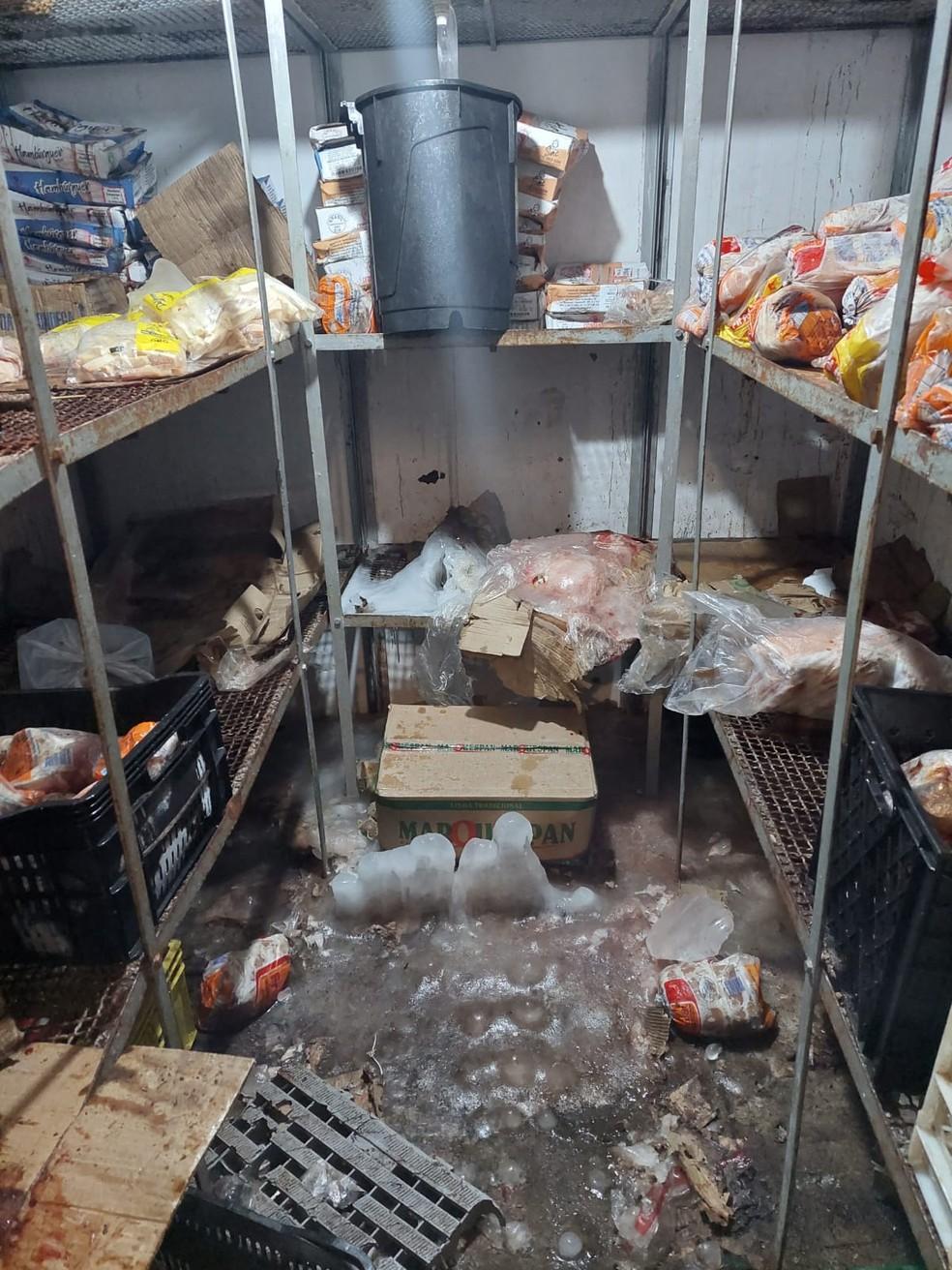 Vigilância Sanitária Municipal autuou um mercado pelo armazenamento inadequado de produtos alimentícios em Presidente Prudente — Foto: Visa
