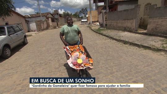 Conhecido como 'Gordinho da Gameleira', garoto de 15 anos sonha em ser cantor profissional para ajudar família