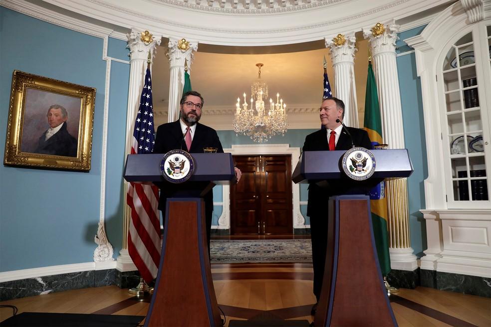 O ministro de Relações Exteriores do Brasil, Ernesto Araújo, e o secretário de Estado dos EUA, Mike Pompeo, falam à imprensa após reunião no Departamento de Estado em Washington — Foto: Yuri Gripas/Reuters