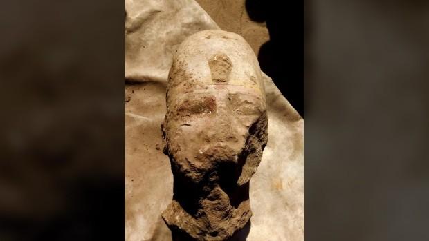Pedaços da cabeça e do peitoral de estátua de Ramsés II foram encontrados no Egito (Foto: Ministério de Antiguidades do Egito)