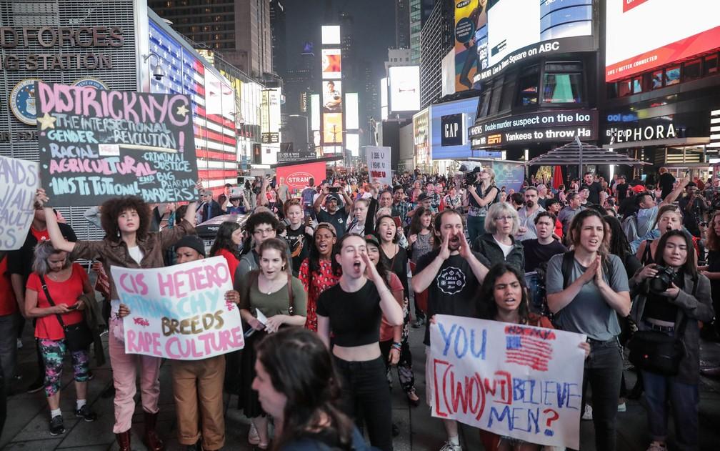 Manifestantes realizam protesto contra a indicação de Brett Kavanaugh à Corte Suprema dos EUA, em Nova York, na quinta-feira (4) — Foto: Reuters/Stephen Yang