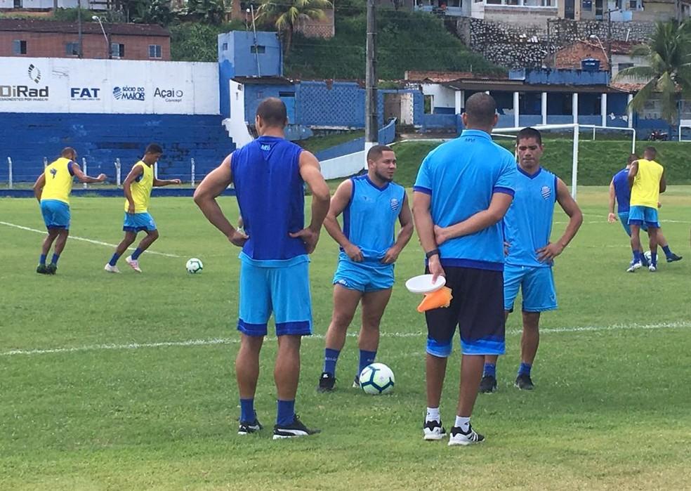 Gamarra (ao lado de Madson e Celsinho) em fase de recuperação — Foto: Lucas Mendes/GloboEsporte.com