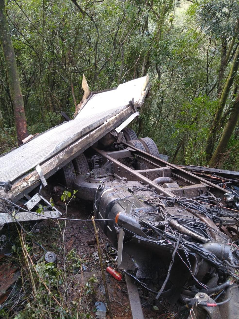 Caminhão ficou totalmente destruído após cair em ribanceira — Foto: PMRv/ Divulgação