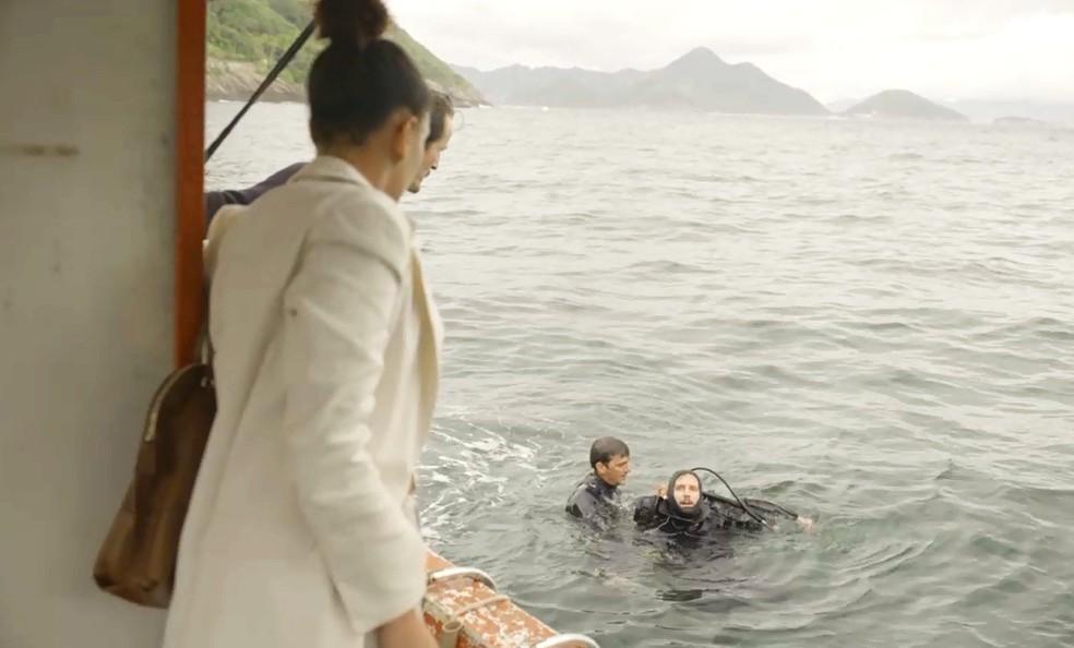 Vitória fica preocupada ao ver o trabalho de Davi — Foto: TV Globo