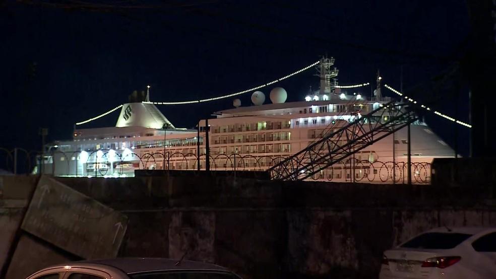 Navio de cruzeiro de bandeira bahamenha est´ — Foto: Reprodução/TV Globo