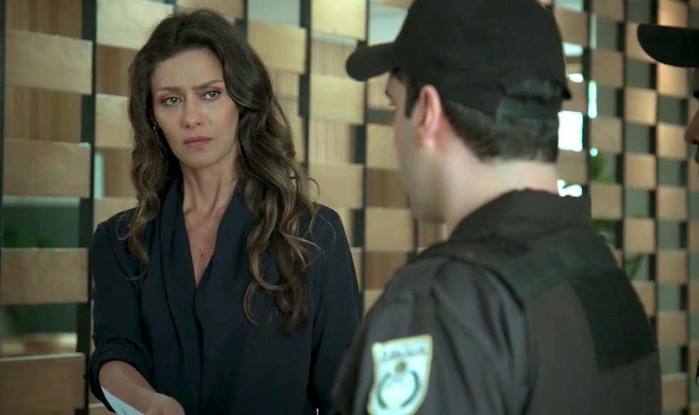 Em 'A Força do Querer', Joyce (Maria Fernanda Cândido) diz à polícia que ela tem a guarda de Ruyzinho — Foto: Globo