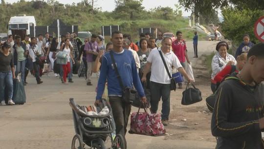 Venezuelanos amanhecem em fila para obter visto e cruzar fronteira com Brasil por Roraima