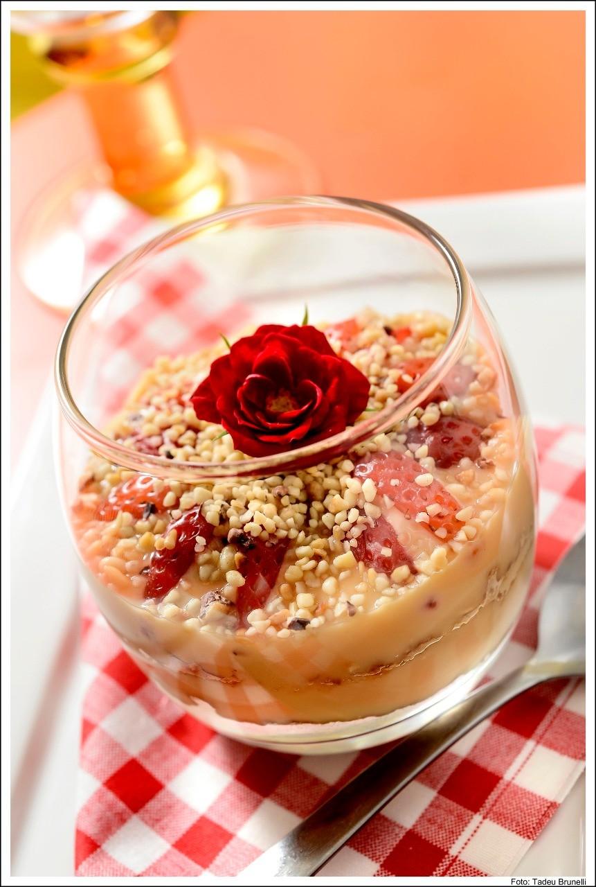 Verrine de doce de leite com morango e xerém (Foto: Tadeu Brunelli)
