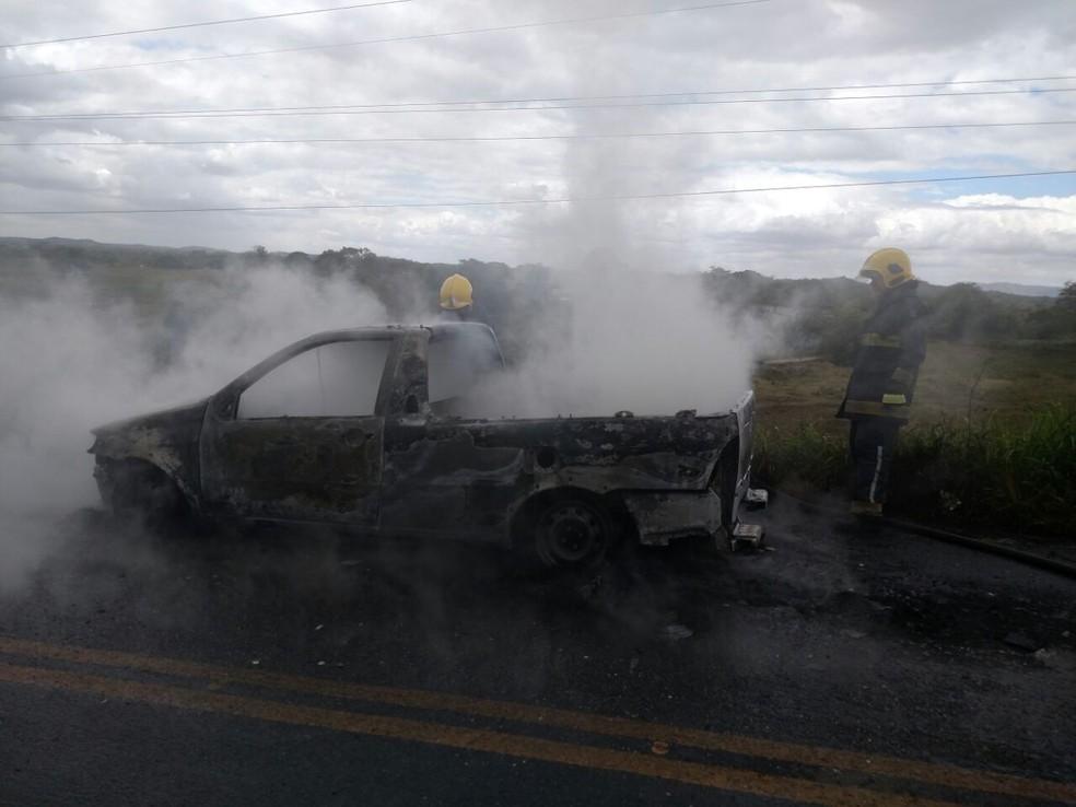 Grupo tenta roubar vaca e toca fogo em carro no momento da fuga, em Massaranduba (Foto: Arquivo Pessoal/ Veneziano Gonçalves )