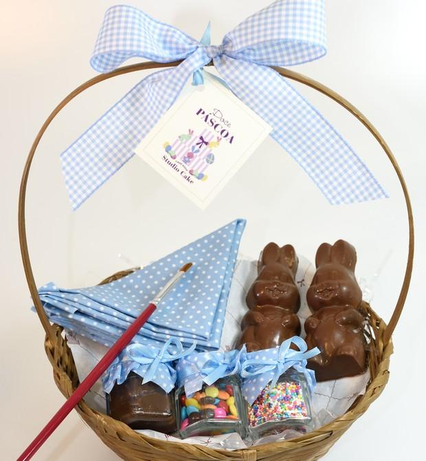 Cesta Infantil (250g) I Dois coelhos de chocolate e potinhos de brigadeiros e confeitos para decorar I Da Studio Cake, R$60 (Foto: Divulgação)