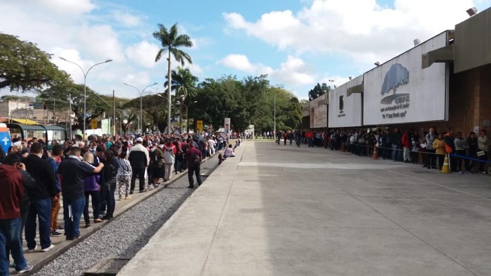 Feira com oferta de vagas atrai multidão em busca de emprego em São José - Notícias - Plantão Diário
