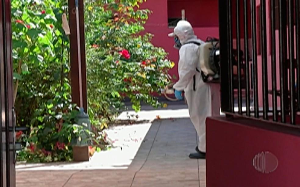 Agentes de saúde fazem trabalho de nebulização no bairro Socorro, em Mogi, após morte com suspeita da doença (Foto: Reprodução/TV Diário)