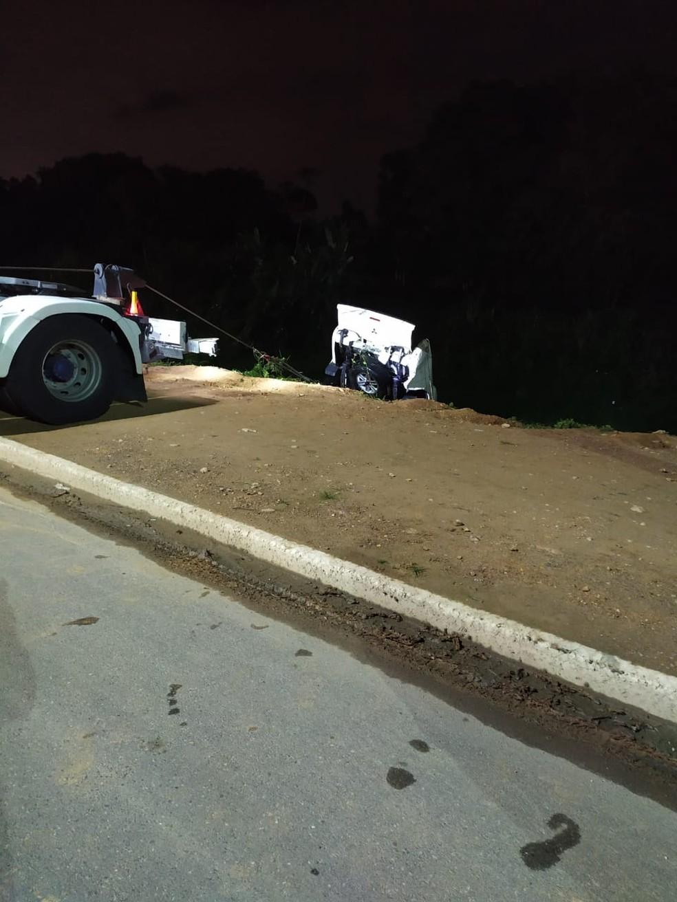 Carro é guinchado de rio em Brusque — Foto: Corpo de Bombeiros/Divulgação
