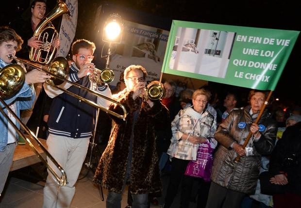 Banda toca durante manifestação pela liberação da eutanásia na França. (Foto: AFP Photo/Pierre Andrieu)