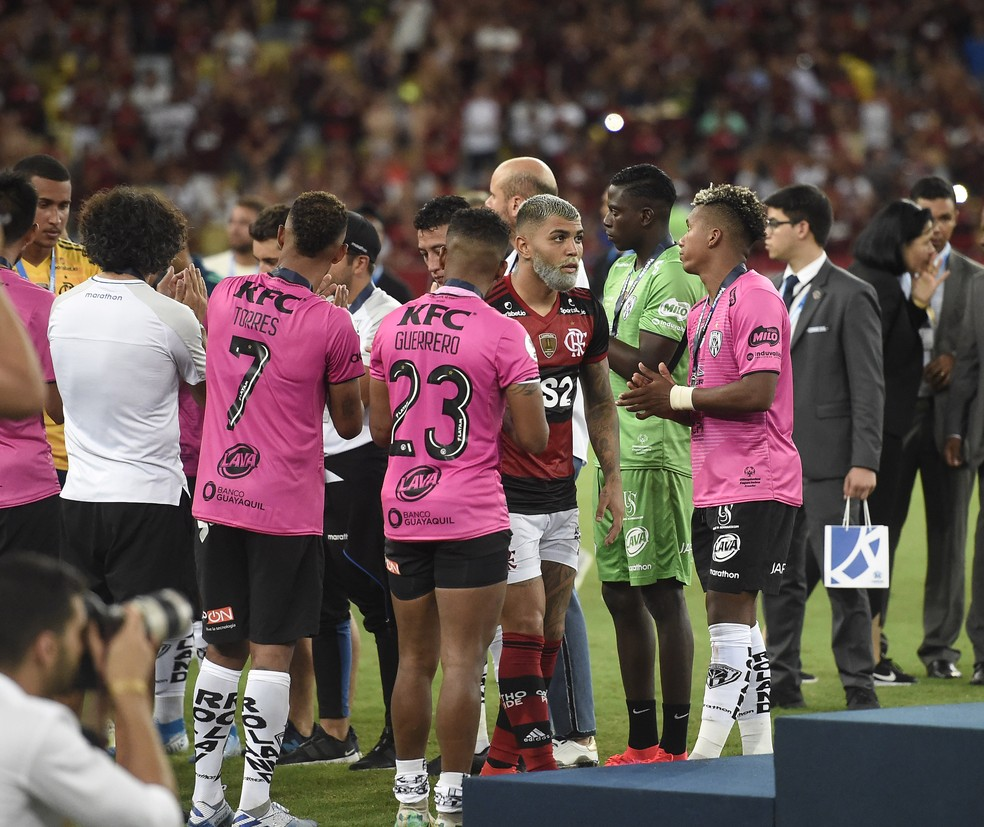"""Gabigol no meio dos jogadores do Del Valle: """"Ele tem canhota poderosa"""", disse Segovia — Foto: André Durão"""