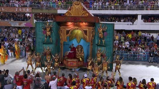Salgueiro faz tributo a Xangô e a ícones da escola em desfile que misturou religião e justiça