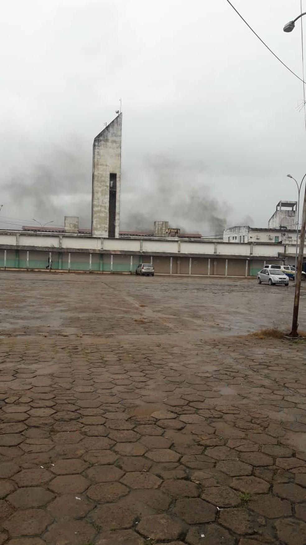 Fumaça foi vista no presídio durante a manhã — Foto: WhatsApp/Reprodução