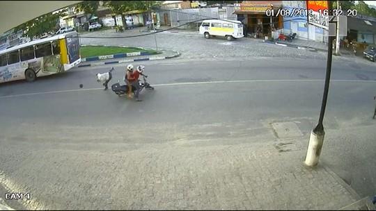 Vídeo flagra idoso sendo arremessado em pista após ser atropelado por moto em cidade do sul da Bahia; assista