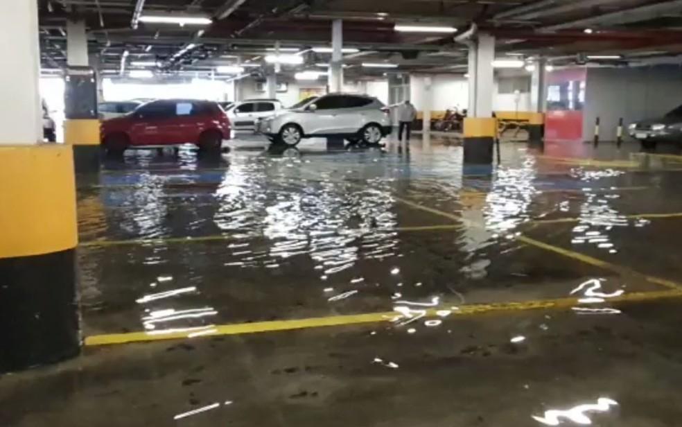 Estacionamento de supermercado na Pituba – Salvador tem chuva forte e pontos de alagamento — Foto: Júlio César Almeida/TV Bahia