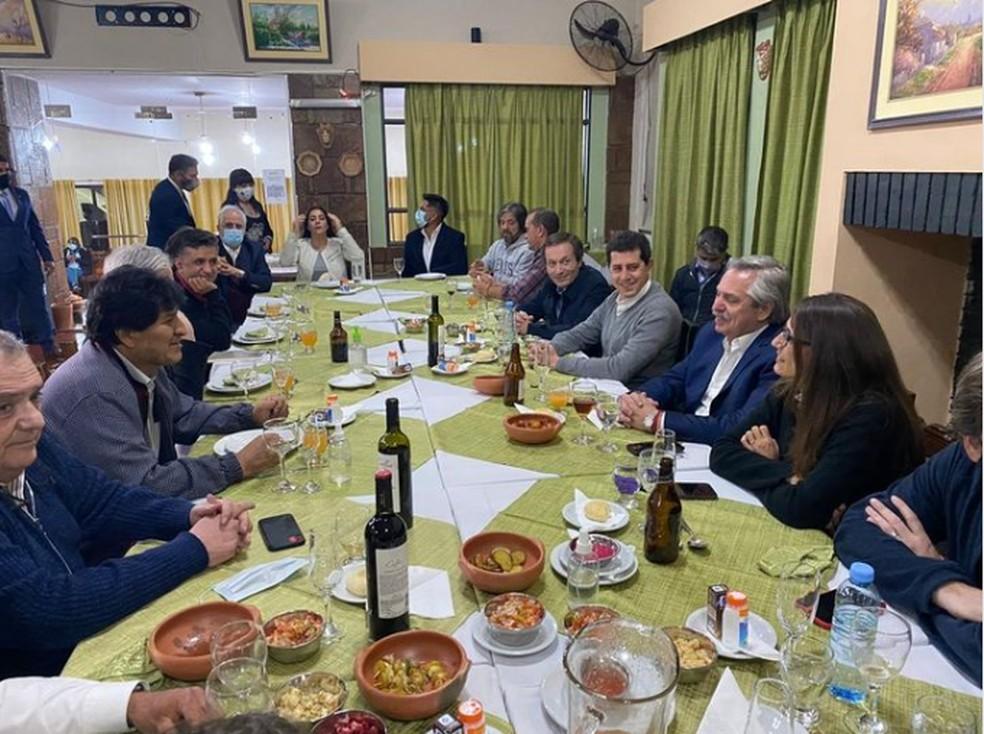 Morales viajou neste domingo (8) para a cidade de La Quiaca, na província argentina de Jujuy, na fronteira com a Bolívia. Ele e o presidente argentino Alberto Fernandéz se encontraram em um jantar. — Foto: Reprodução / La Quiaca Al Dia Noticias / Facebook