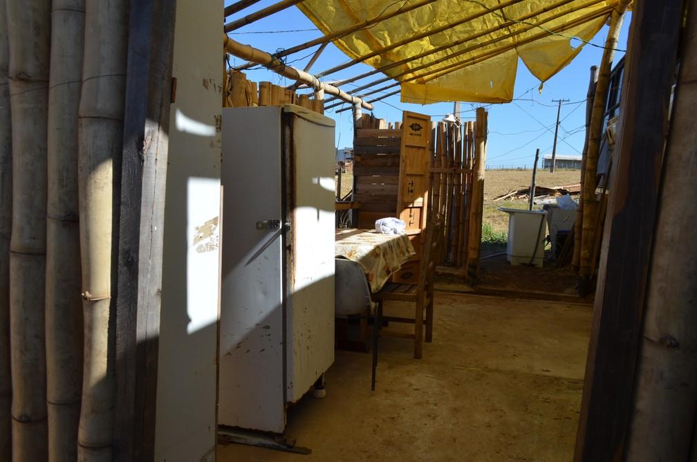 Seu Ivo improvisou uma cozinha e um banheiro do lado de fora do ônibus (Foto: Raquel Baes/ G1)