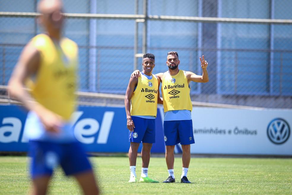 Cortez e Maicon, titulares do Grêmio nesta noite, podem não enfrentar o Goiás — Foto: Lucas Uebel/Grêmio