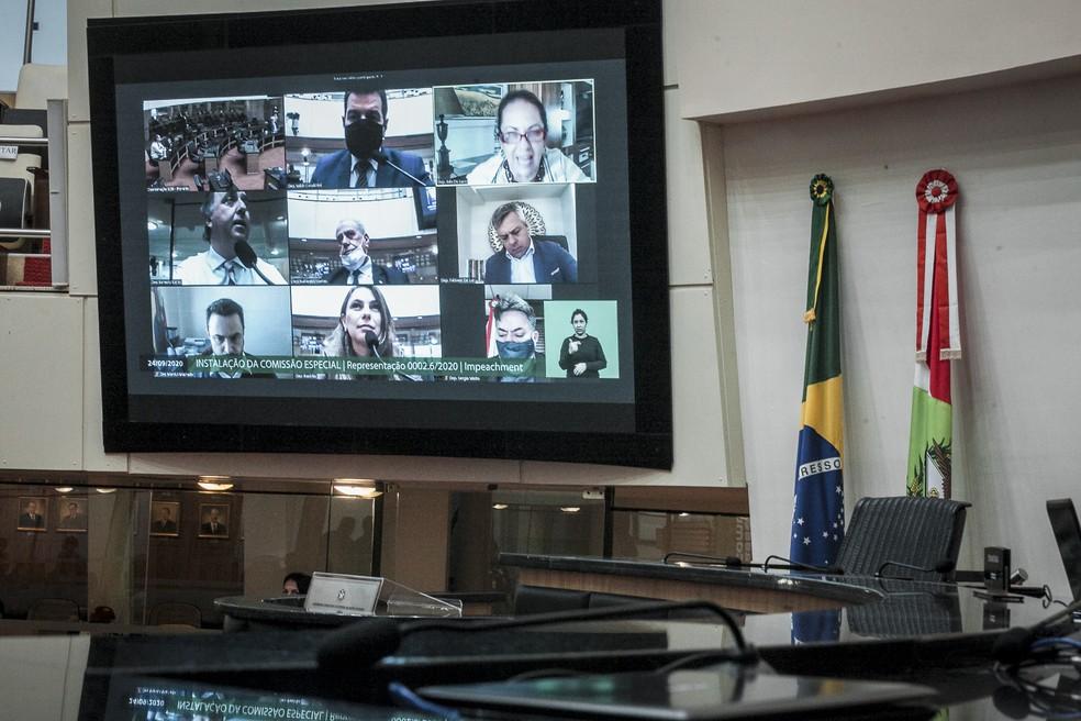 Reunião da comissão especial que analisa 2º pedido de impeachment contra governador e vice ocorreu de forma presencial e virtual na quinta-feira (24) — Foto: Bruno Collaço/Agência AL/Divulgação