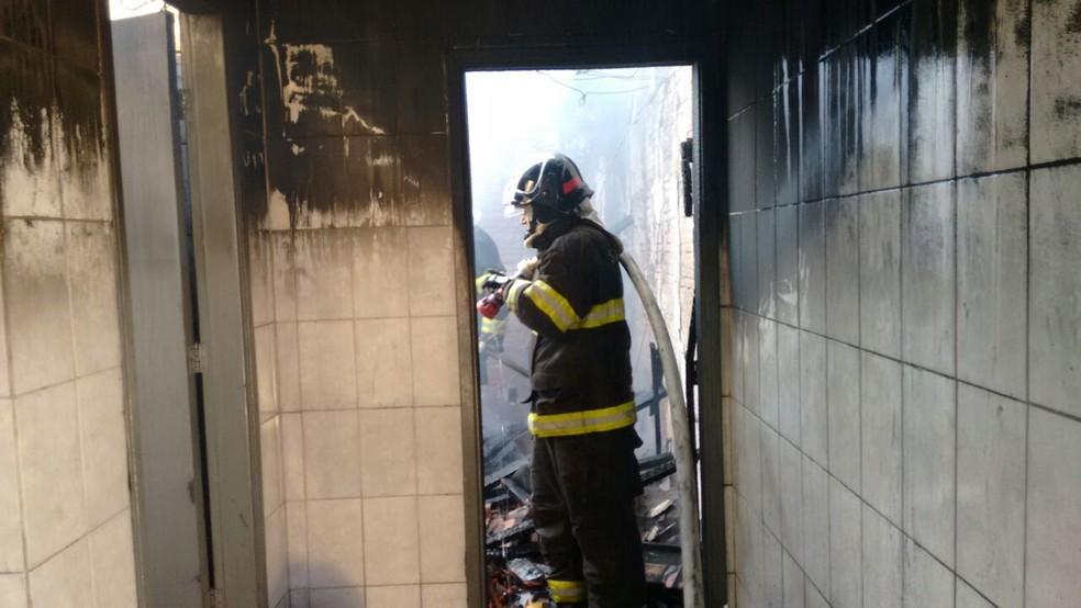 Em Botucatu (SP), Corpo de Bombeiros suspeita de curto circuito na rede elétrica da casa (Foto: Corpo de Bombeiros)