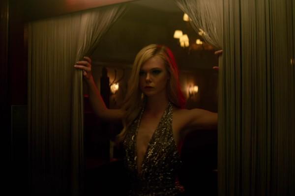 A atriz Elle Fanning em cena do drama 'The Neon Demon' (Foto: Divulgação)