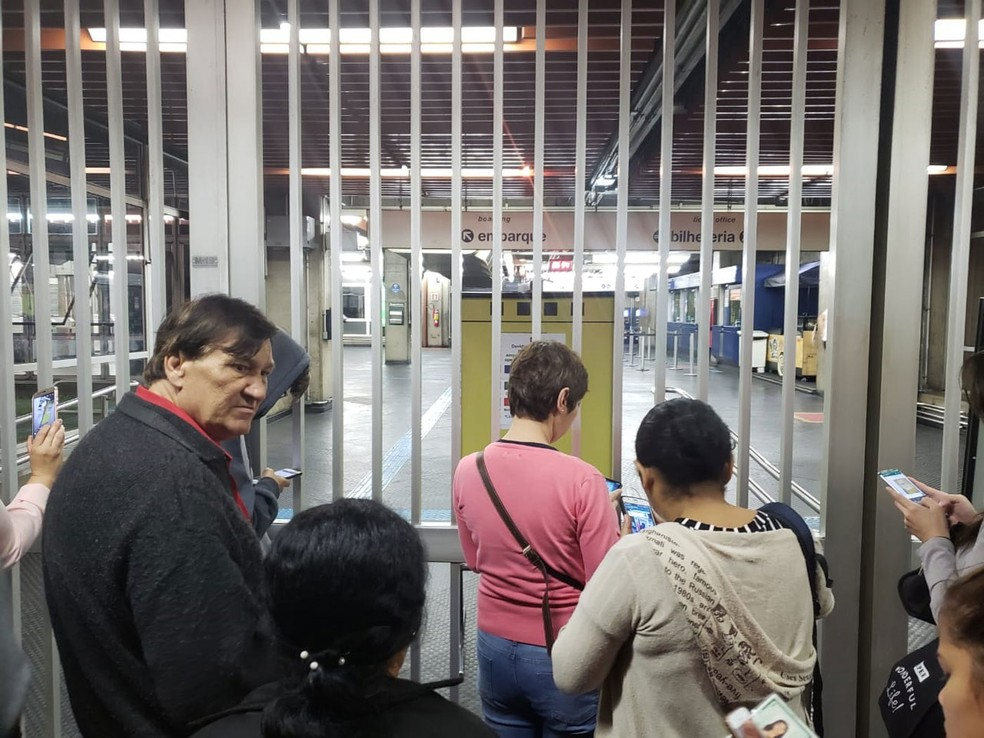 Usuários na entrada da estação Tucuruvi do Metrô de SP — Foto: Tatiana Santiago/G1
