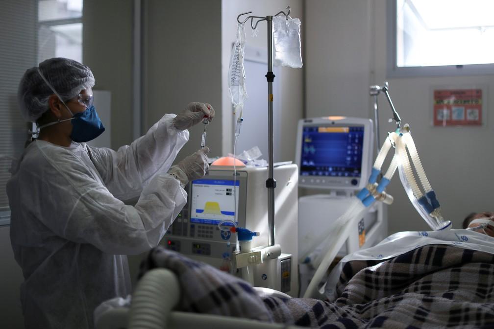 Profissional de saúde trata paciente com Covid em UTI do Hospital São Paulo, em São Paulo, no dia 17 de março. — Foto: Amanda Perobelli/Reuters