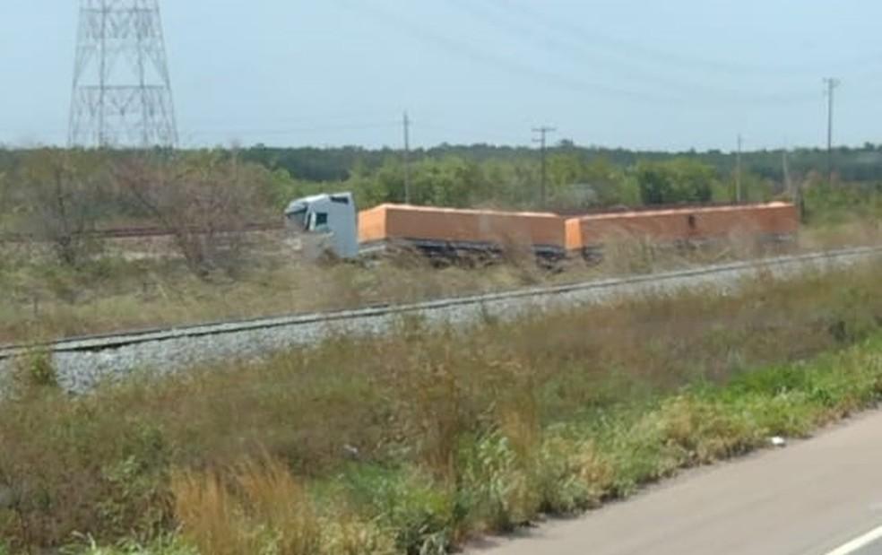 Carreta foi parar após os trilhos do trem que passa na região do Campo de Peris — Foto: Redes Sociais