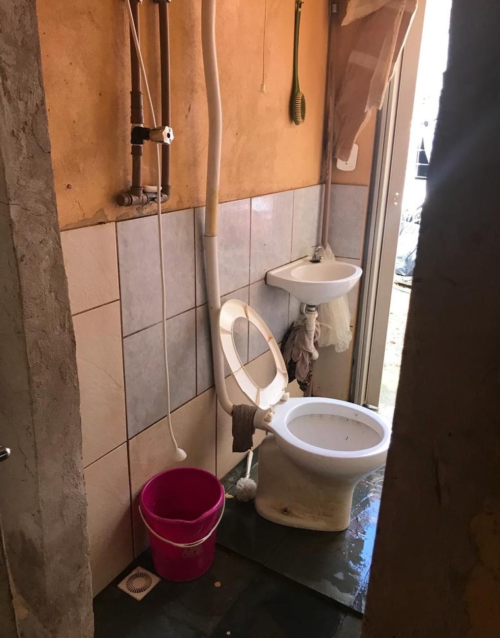 Banheiro em quarto dos fundos onde idosos vítimas de maus-tratos viviam — Foto: PCDF/Divulgação