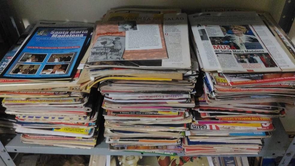 Até hoje, Nestor guarda revistas e recortes de jornalod_jornalis de sua grande amiga, Dercy Gonçalves (Foto: Nestor Lopes/Arquivo Pessoal)
