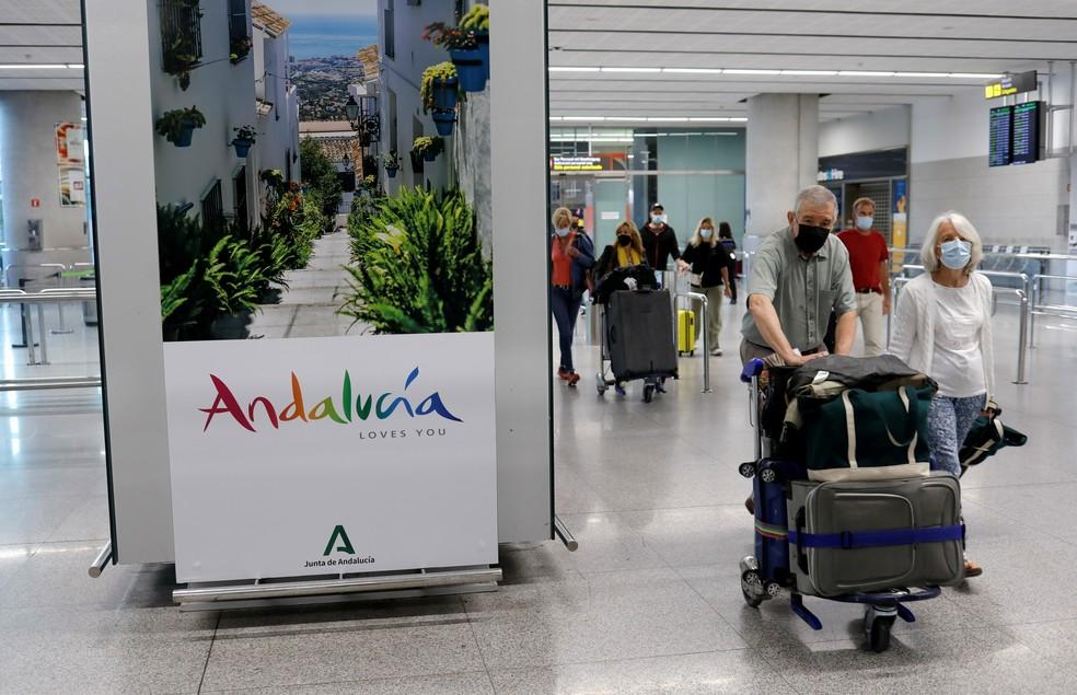 Turistas usando máscaras chegam ao aeroporto de Málaga-Costa do Sol, em Málaga, na Espanha, em 24 de maio de 2021 — Foto: Jon Nazca/Reuters
