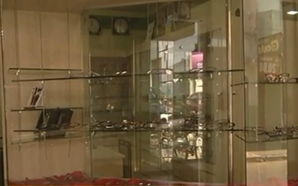 Criminosos levam 83 relógios de ótica em Ipameri, Goiás (Foto: TV Anhanguera/ Reprodução)