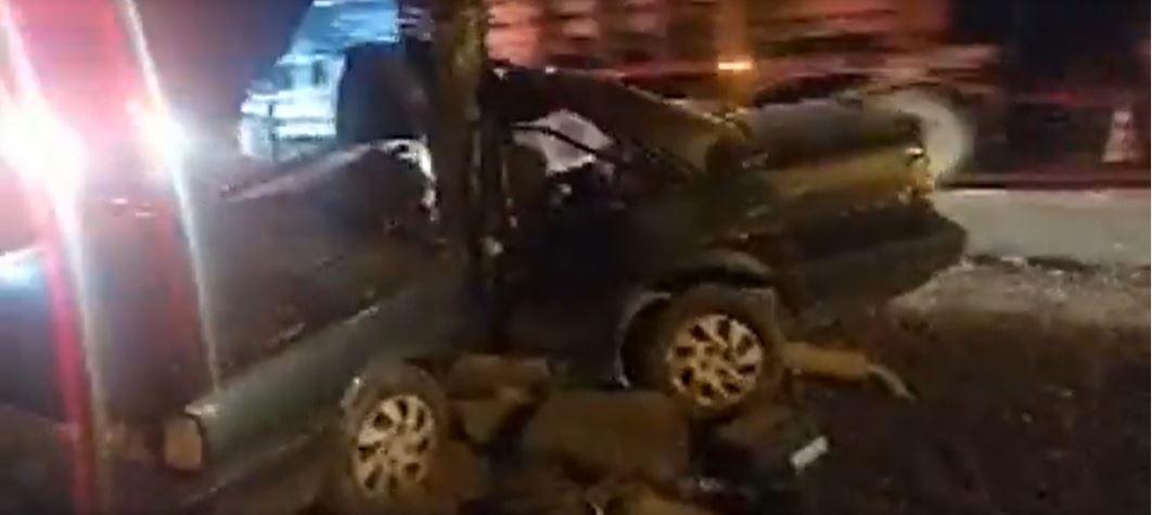 Homem e criança sobrevivem a batida em árvore em que carro quase parte ao meio em SC