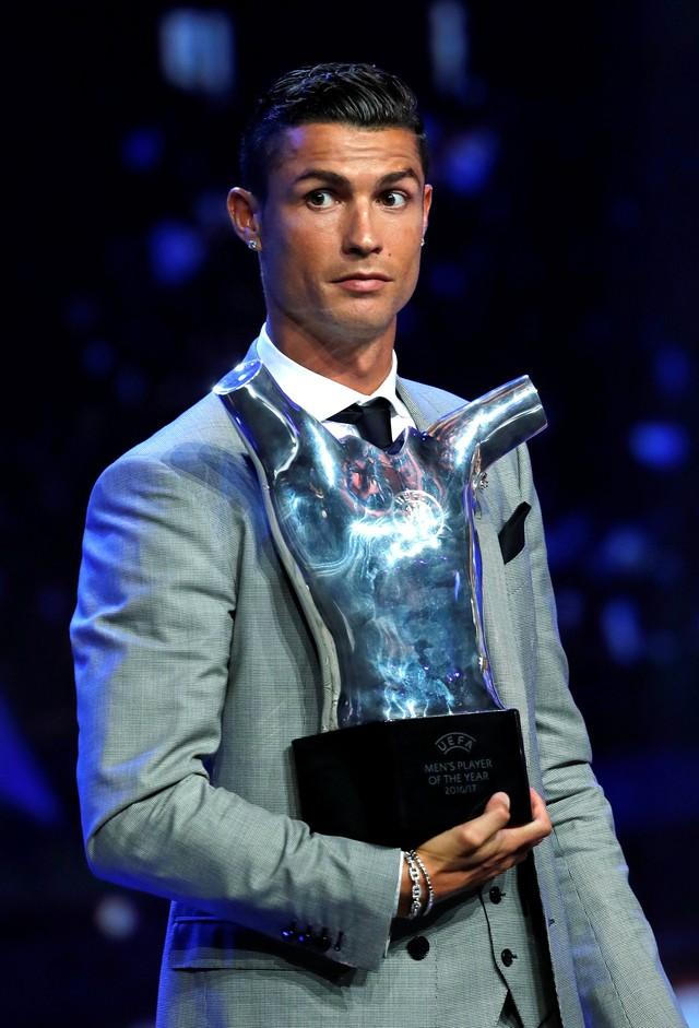 Il s agit de la troisième fois que la star prend le trophée décerné par l  Uefa (photo   REUTERS Eric Gaillard) fcc8f3e80ba91