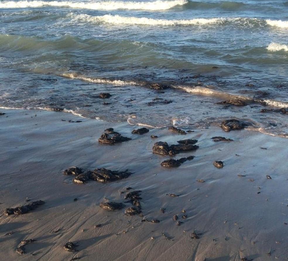 Óleo atingiu a praia de Canoa Quebrada nesta quinta-feira (23). Local é um dos principais pontos turísticos do Ceará — Foto: Reprodução/SVM