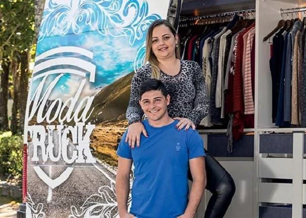 Moda Truck: casal adaptou van para vender roupas por cidades Minas Gerais e Rio de Janeiro (Foto: Léo Lemos/Editora Globo)