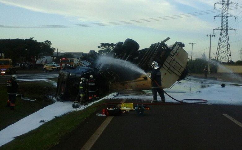 Carreta com carga de combustível tomba, e trecho da BR-369 fica interditado por cerca de 10 horas no Paraná