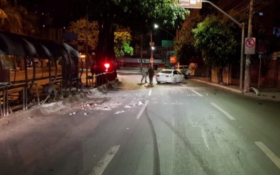 -  Motorista bêbado bate carro de luxo contra ponto de ônibus em Goiânia  Foto: Reprodução/TV Anhanguera
