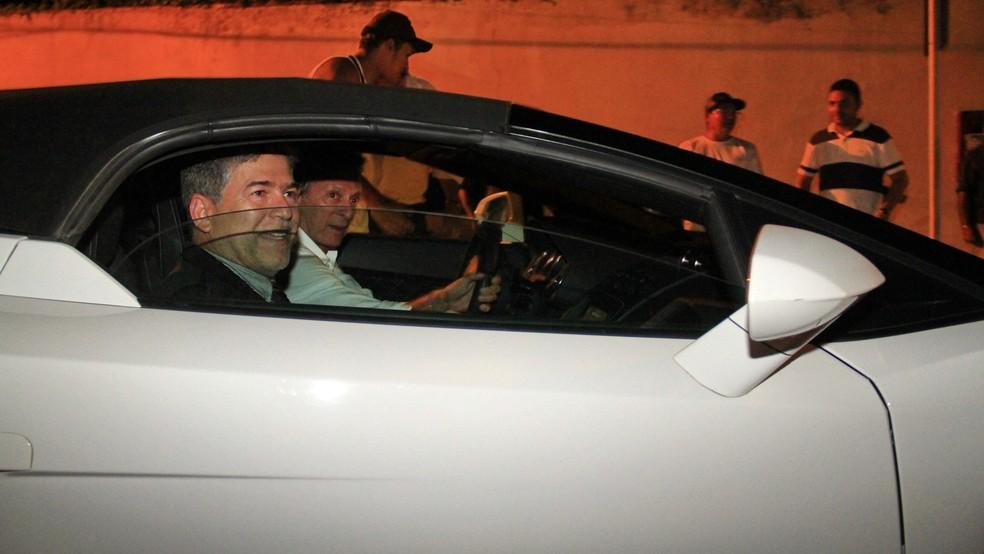 Logo após a posse, Leto Viana saiu no carro do empresário Roberto Santiago, que também é investigado na 'Xeque-Mate' — Foto: Kleide Teixeira/Jornal da Paraíba/Arquivo