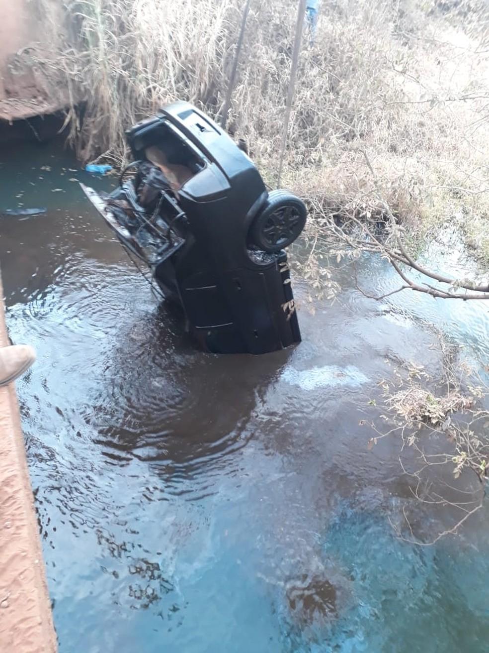 Carro foi encontrado dentro de rio em Olímpia — Foto: OLÍMPIA24HORAS/Divulgação