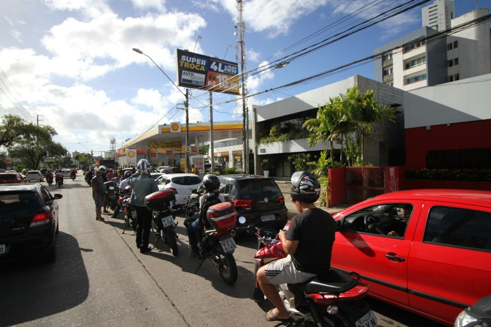Motoristas fazem fila para abastecer em posto de combustíveis na Avenida Abdias de Carvalho, no Recife, nesta quinta (24) (Foto: Marlon Costa/Pernambuco Press)