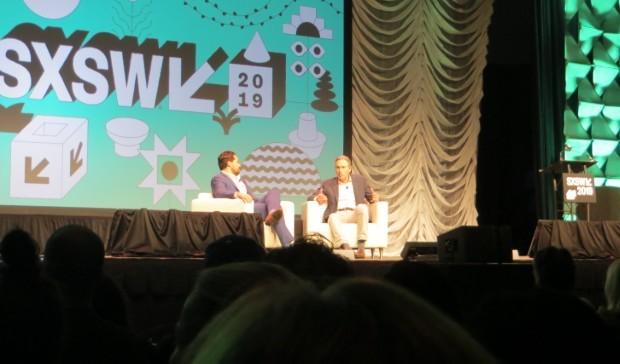 Howard Schultz (à dir.) é entrevistado por Dylan Byers no SXSW 2019 (Foto: Mariana Iwakura)