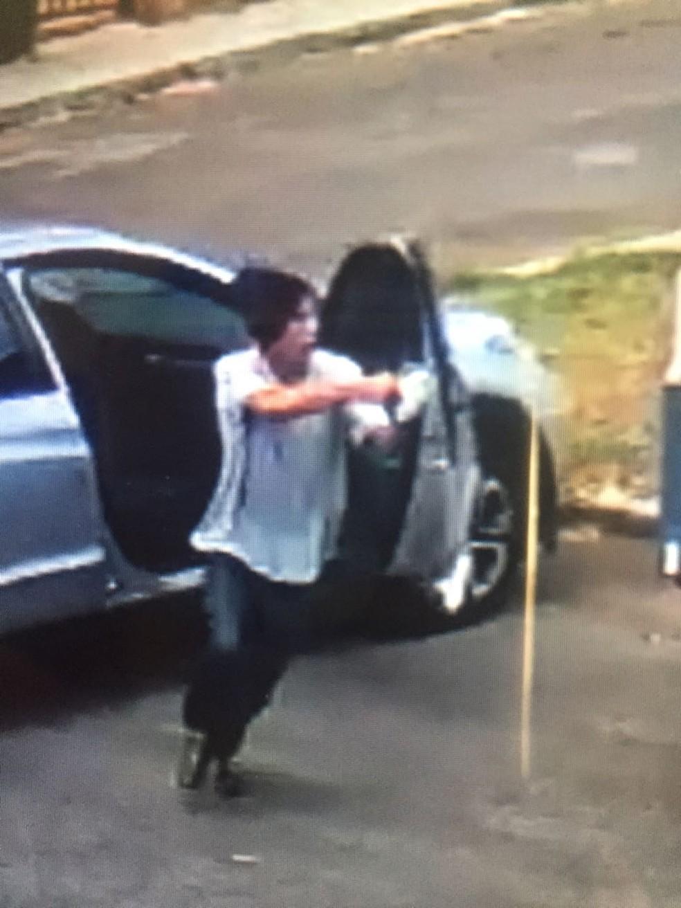Homem sai de dentro do carro para assaltar morador do Lago Norte; o carro da vítima foi levado em outubro. (Foto: PMDF/Divulgação )