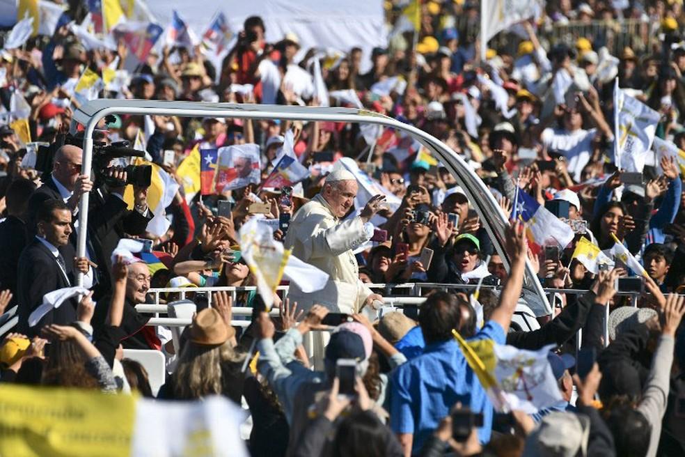Papa Francisco acena para multidão ao chegar ao aeroporto de Maquehue, em Temuco, nesta segunda-feira (17) (Foto: Vincenzo Pinto / AFP)