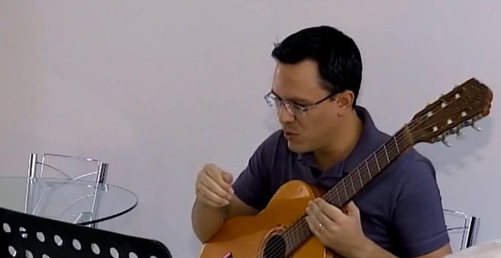 Aula virtual de violão é um dos trabalhos que se mostra em alta — Foto: Reprodução/TV Integração